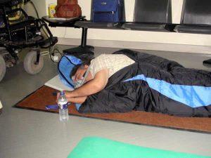Manuel Lobato durmiendo en un saco de dormir en la sede del IMSERSO
