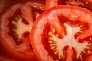 primer plano de dos rodajas de tomates